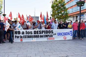 Decenas de trabajadores se concentran frente a las oficinas de la compañía tras el anuncio de traslado