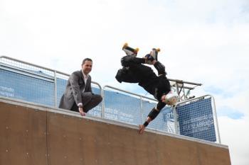 Está adaptado para la práctica de todo tipo de deportes de ruedas, desde skate a patinaje, scooter o BMX